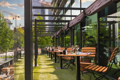 Un restaurante o sitio para comer en Innside by Melia Manchester
