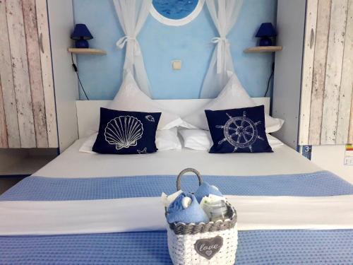 Un pat sau paturi într-o cameră la Casa Babica Guesthouse