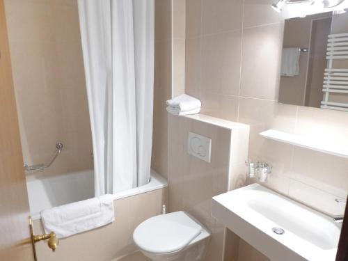 A bathroom at Apartment Les Faverges-1