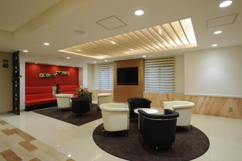 De lobby of receptie bij Hotel Sunny