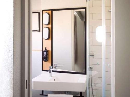 A bathroom at Ibis Paris Tour Eiffel Cambronne 15ème