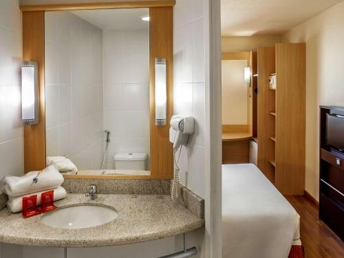A bathroom at ibis Belo Horizonte Liberdade