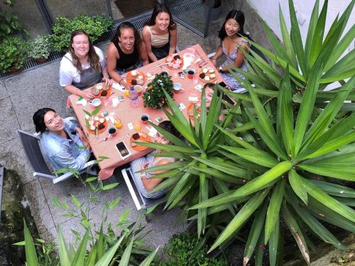 A family staying at Porto Lounge Hostel & Guesthouse