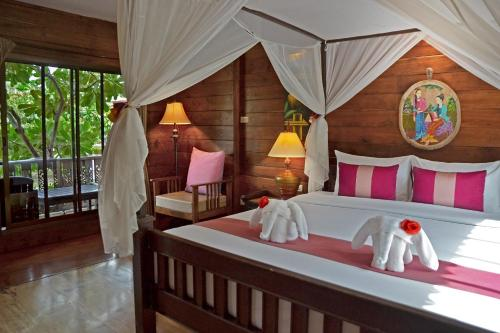 Een bed of bedden in een kamer bij Thai Thai Sukhothai Resort