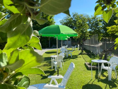 A garden outside B&B Oasi Vetoio
