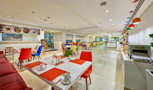 A restaurant or other place to eat at Ramada Hotel and Suites by Wyndham Dubai JBR