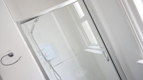 A bathroom at Sienna Family Holiday Apartments