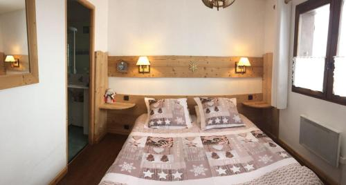 A bed or beds in a room at Chambre d'Hôtes La Trace