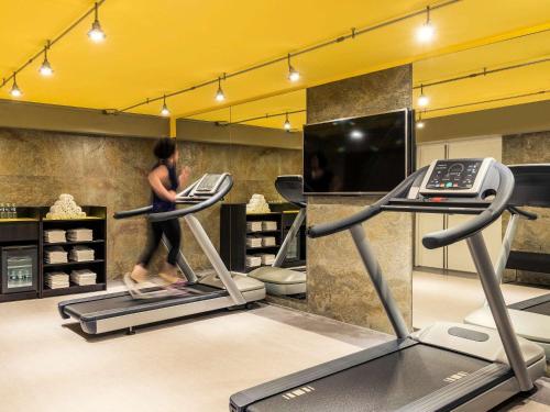 The fitness centre and/or fitness facilities at Mercure Paris Gare De Lyon TGV