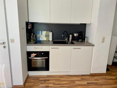 A kitchen or kitchenette at Zentrale Ferienwohnung mit Balkon in Aachen