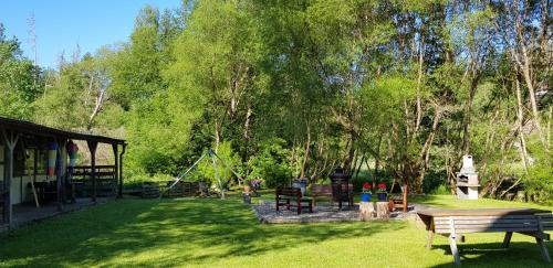Ein Garten an der Unterkunft Naturferienhaus Luppbodemühle