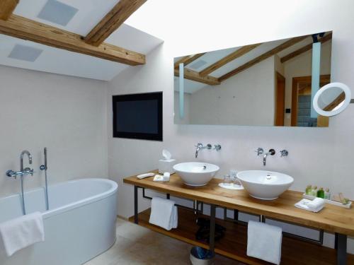 Ein Badezimmer in der Unterkunft Das Achental Resort