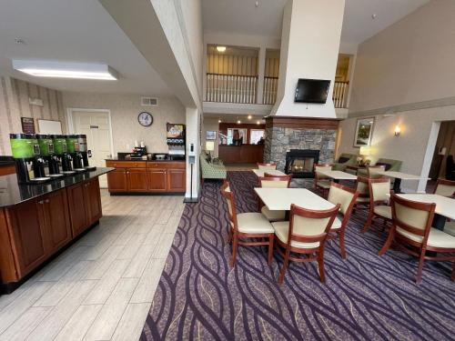 A restaurant or other place to eat at Smart Suites, Ascend Hotel Collection