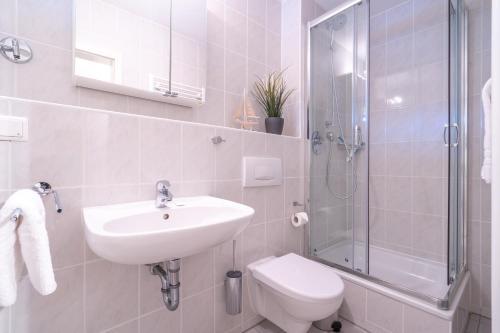 A bathroom at Feriendorf Rugana - Appartement