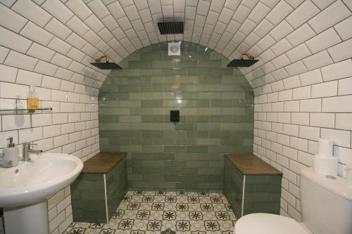 A bathroom at Albion Street Serviced Apartments