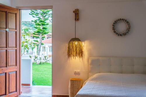 En eller flere senger på et rom på Almira Hotel