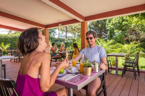 Un restaurante o sitio para comer en Topazio Mar Beach Hotel & Apartments