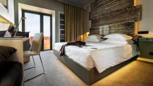 Uma cama ou camas num quarto em Vitoria Stone Hotel