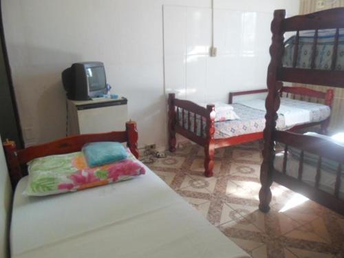 Uma ou mais camas em beliche em um quarto em Hostel Palmas Centro Da Cidade