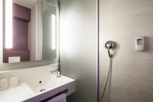 Salle de bains dans l'établissement B&B Hotel Saint-Martin-de-Crau Alpilles Camargue