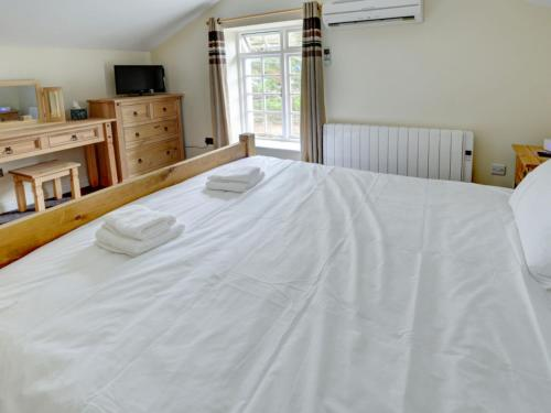A bed or beds in a room at Holiday Home The Stables