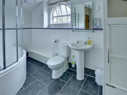 A bathroom at Holiday Home The Stables