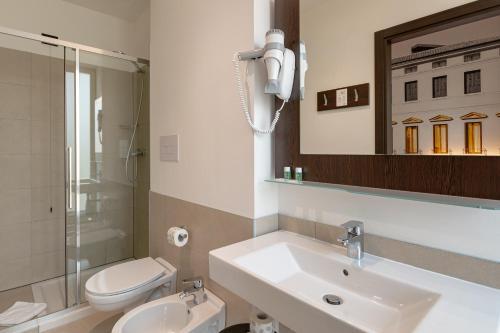 A bathroom at B&B Hotel Treviso