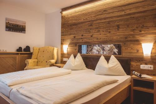 A bed or beds in a room at Hotel Apart Garni Heisenhof