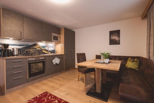 A kitchen or kitchenette at Hotel Apart Garni Heisenhof
