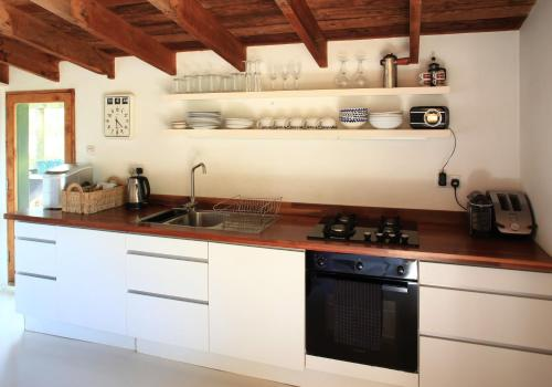 A kitchen or kitchenette at The Lakehouse