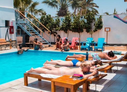 The swimming pool at or near Kokopelli Hostel Paracas