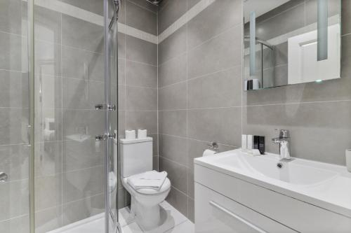 A bathroom at Cosy 1 Bed Apartment next to Liverpool Street Station FREE WIFI By City Stay London