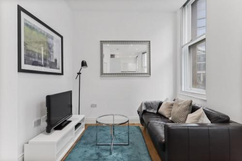 A seating area at Cosy 1 Bed Apartment next to Liverpool Street Station FREE WIFI By City Stay London