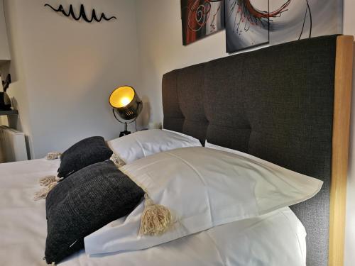 Un ou plusieurs lits dans un hébergement de l'établissement Studio Nuits au Tertre Meublé classé 3 étoiles