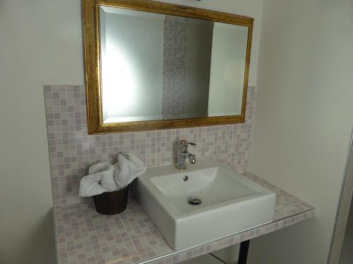 A bathroom at Le Bannier Hotel Restaurant