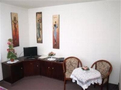 Ein Sitzbereich in der Unterkunft Hotel Am Schiffshebewerk