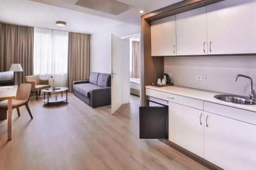 A kitchen or kitchenette at Ocak Hotel & Apartment