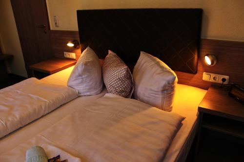 A bed or beds in a room at Gasthof Zur guten Quelle