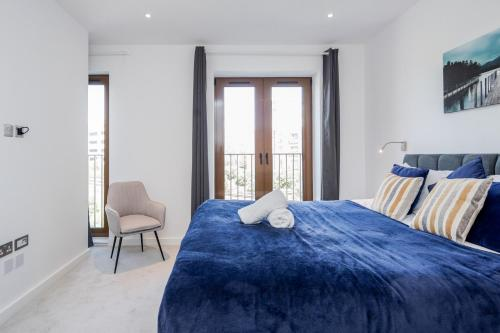 A bed or beds in a room at Deluxe 1 Bedroom St Albans Apartment - Free Wifi & Parking