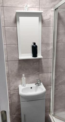 A bathroom at Elegant Homey Studio in Tottenham