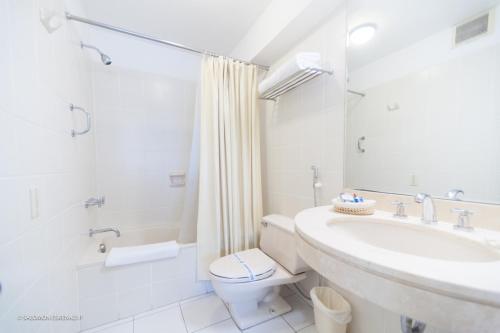 A bathroom at Roosevelt Hotel & Suites