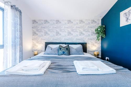 A bed or beds in a room at Hobbs View