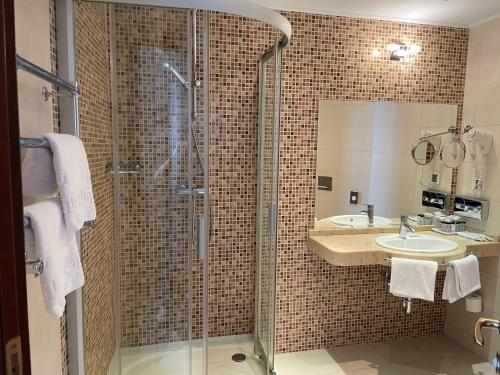 A bathroom at Riviera Hotel