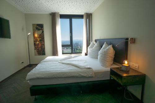 A bed or beds in a room at Das Bergschlösschen