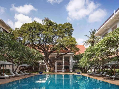 Der Swimmingpool an oder in der Nähe von Raffles Hotel Le Royal