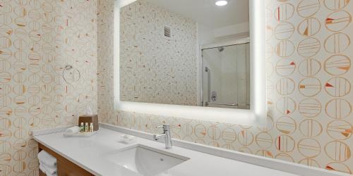A bathroom at Holiday Inn Roanoke - Valley View, an IHG Hotel