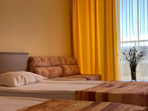 A bed or beds in a room at Hotel Plamena Palace