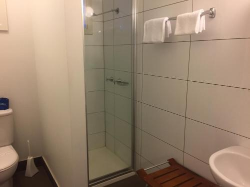 A bathroom at Buffalo Motel and Country Retreat