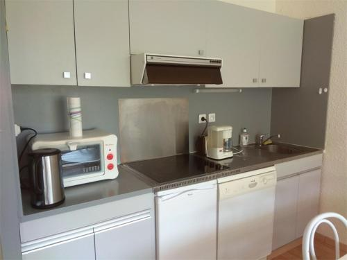 A kitchen or kitchenette at Appartement Piau-Engaly, 3 pièces, 8 personnes - FR-1-457-204