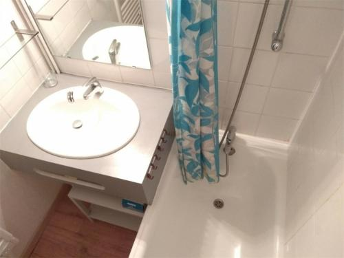 A bathroom at Appartement Piau-Engaly, 3 pièces, 8 personnes - FR-1-457-204